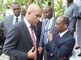Le Président Martelly en conversation avec l'ex Président Aristide.crédit photo: HCNN